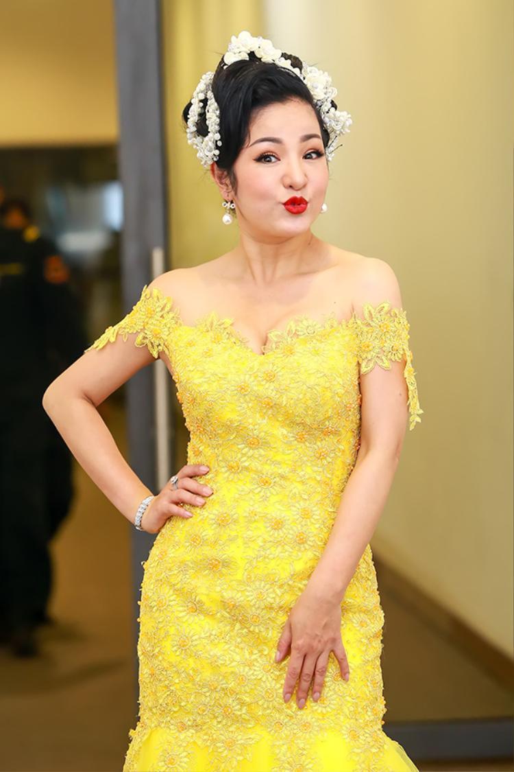 Danh hài Thúy Nga diện bộ váy vàng lộng lẫy.