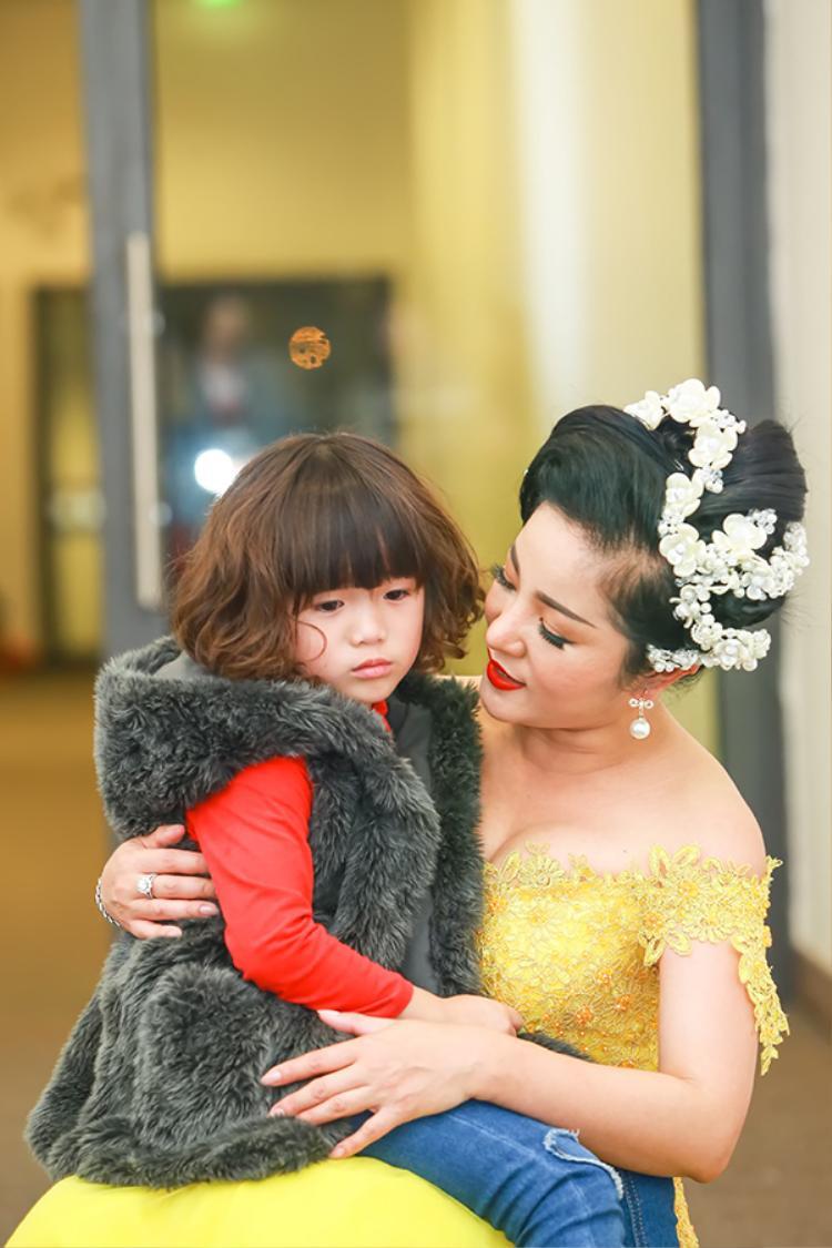 """Sở dĩ bé Nguyệt Cát có mặt """"chạy sô"""" cùng mẹ bởi vì cô bé đang trong kỳ nghỉ lễ nên Thúy Nga cũng tranh thủ đưa con về thăm bà ngoại và gia đình."""
