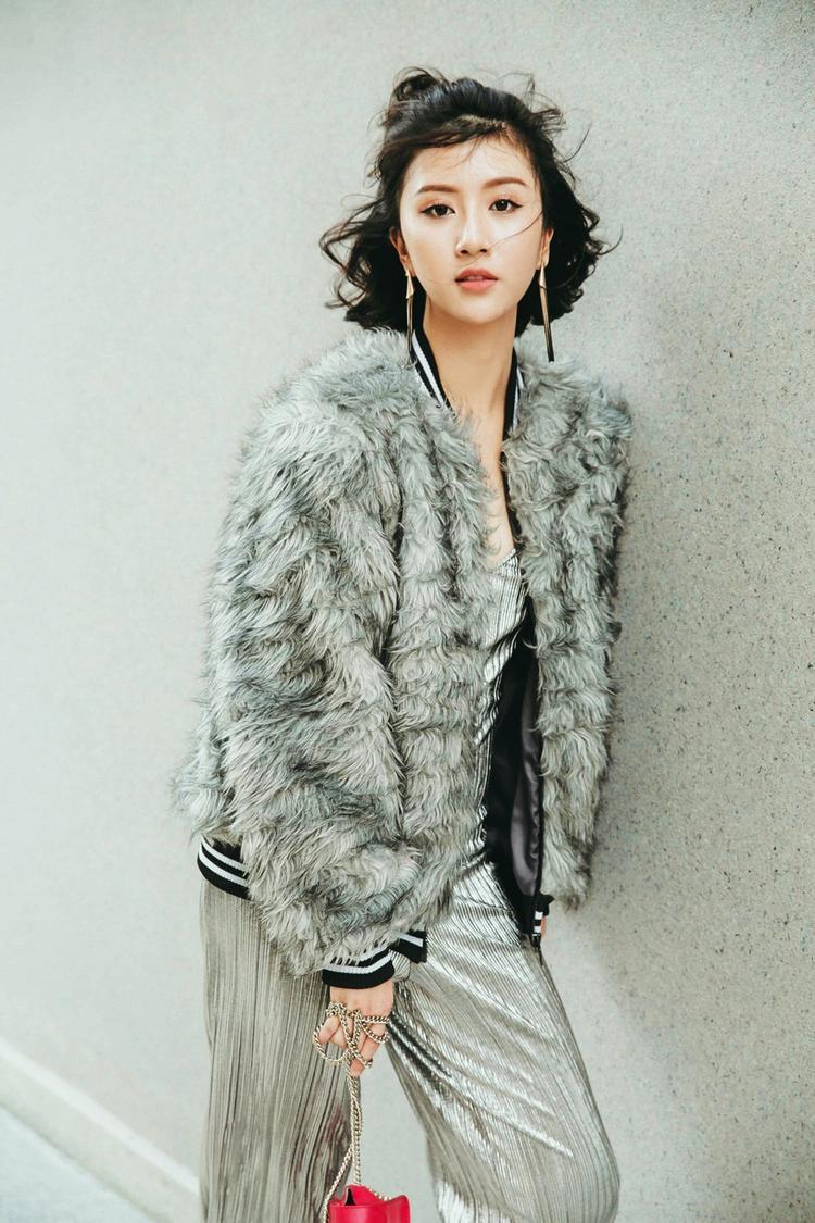 Nguyên tắc của những set đồ style mùa lạnh chính là không kết hợp quá nhiều sắc màu nổi bật nhưng biết tạo điểm nhấn để tạo sự tinh tế và thẩm mỹ thời trang của mỗi tín đồ.