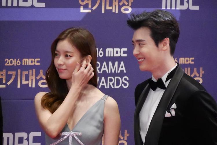 Lee Jong Suk và Han Hyo Joo - hai cái tên sáng giá nhất của giải thưởng Best Couple trên thảm đỏ.