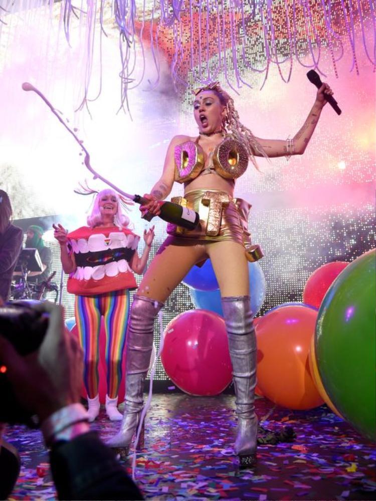 …Miley Cyrus đã trở nên cực kỳ nổi loạn.