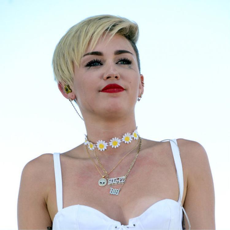 Ca khúc Wrecking Ball được phát hành vào năm 2013 được nhiều người đồn đoán là ca khúc Miley Cyrus dành riêng cho chuyện tình với Liam. Cô nàng từng nhiều lần bật khóc trên sân khấu khi thể hiện bài hát này.