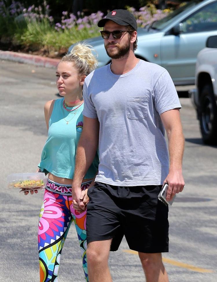 Miley Cyrus luôn tay trong tay với Liam trong mỗi lần xuất hiện.
