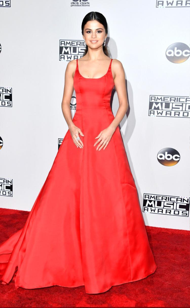 Selena Gomez xuất hiện trên thảm đỏ AMAs 2016 với phong cách đơn giản, chín chắn như chính con người cô hiện giờ.