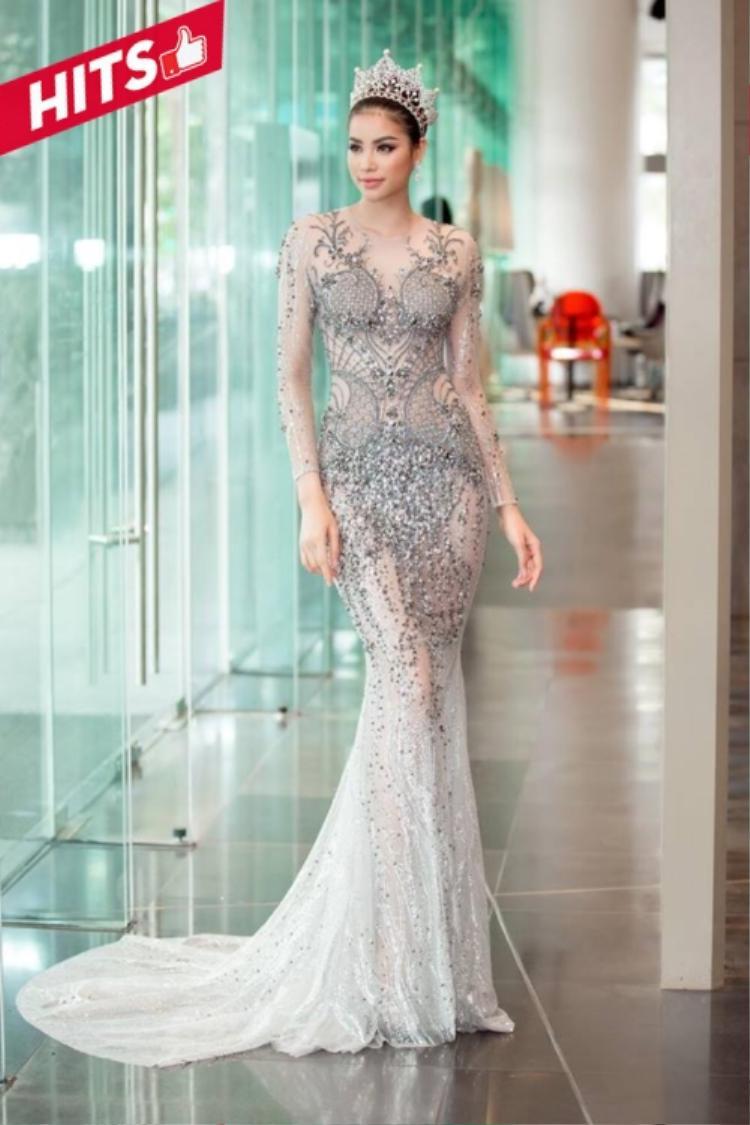 """Phạm Hương hóa nữ hoàng nhan sắc trong thiết kế đầm đuôi cá của NTK Đỗ Long. Chiếc váy giúp """"chị đẹp"""" The Face khoe được vóc dáng ngọc ngà với đường cong hút mắt."""