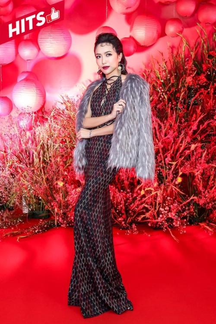 Diêu Nhi ngày càng đằm thắm, sang chảnh hơn so với hình tượng của một cô nàng tưng tửng. Cô chọn jumpsuit của Xita mix cùng áo khoác lông hot trend kiêu kỳ.