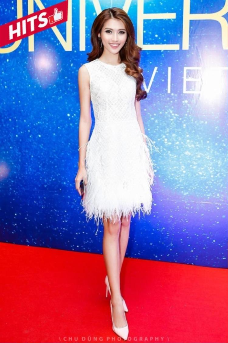 """Quỳnh Châu diện váy trắngnữ tính, nhẹ nhàng. Chân váy tua rua là """"vũ khí"""" khiến chân dài hút mắt hơn trong từng di chuyển theo bước chân của cô."""