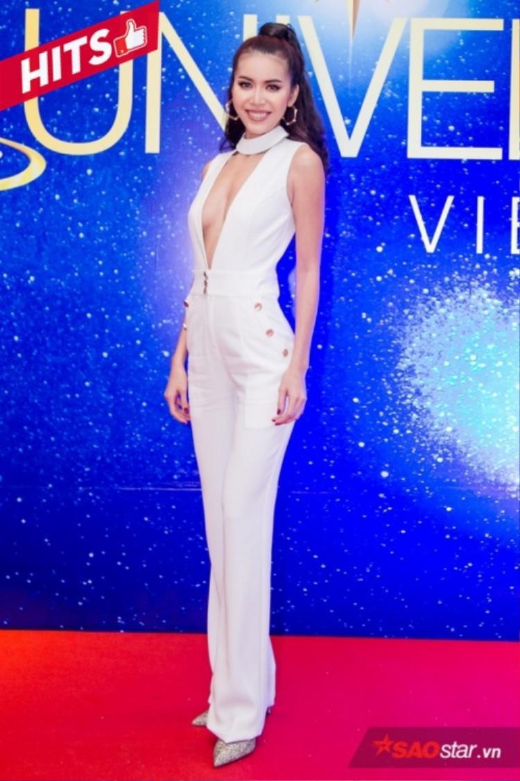 Minh Tú hiện đại, trẻ trung với jumpsuit trắng sexy cùng đường khoét chữ V sâu hút khoe vòng một săn chắc.