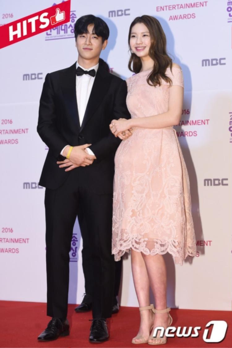 Jota - Kim Jin Kyung đẹp đôi vừa lứa với combo áo vest của chàng và váy hồng pastel cho nàng. Chỉ cần diện những trang phục này bất kỳ cô nàng nào cũng tự tin khoe sắc trên thảm đỏ sự kiện.