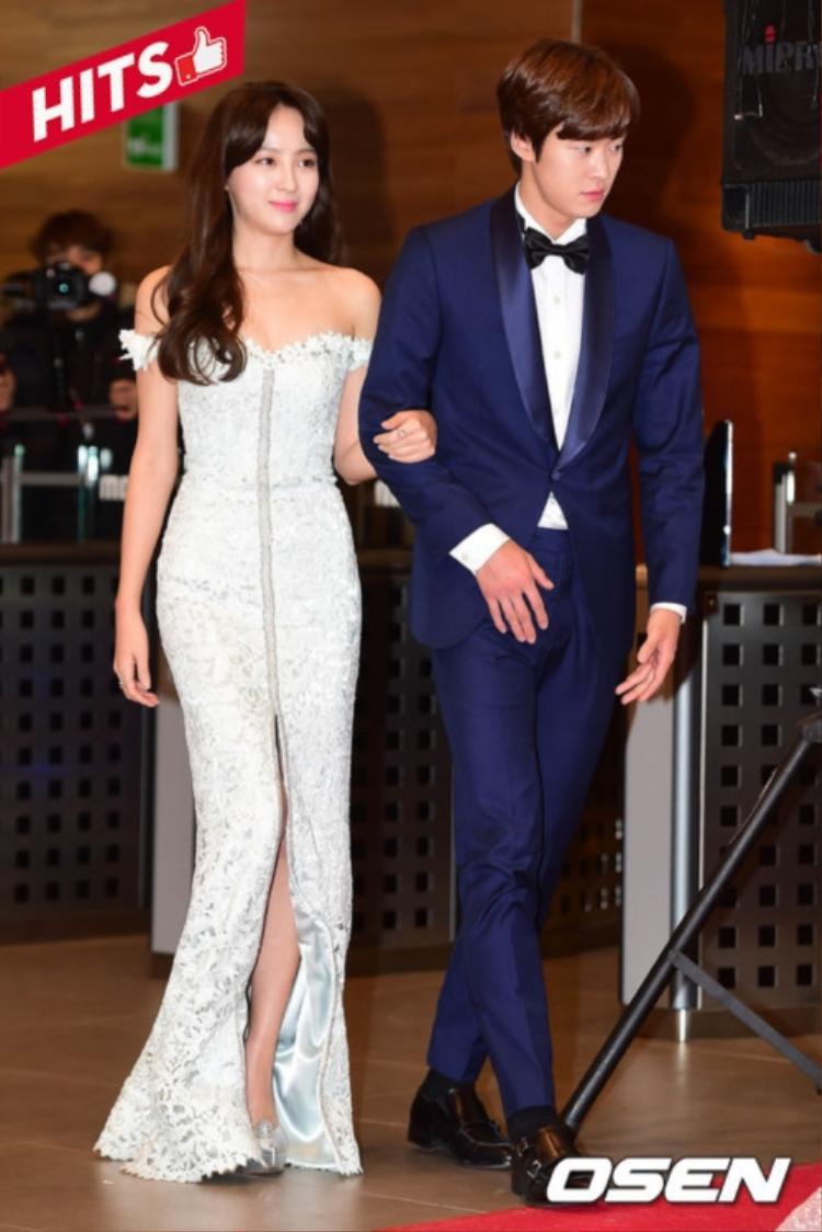 Trong một diễn biến khác, Jung Hye Sung - Gong Myung cũng đẹp đôi chẳng kém. Nhưng thay vào đó, nàng diện váy dáng dài xẻ đùi vừa độ, chi tiết tay áo trễ vai giúp cô nàng khoe vai trần quyến rũ.