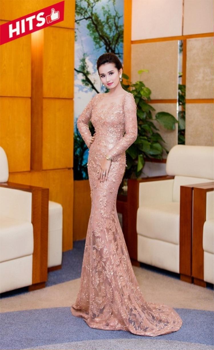 Thiết kế đầm đuôi cá tông màu pastel giúp Lã Thanh Huyền khoe được vóc dáng chuẩn mẫu và như tôn lên chiều cao cho nhan sắc.