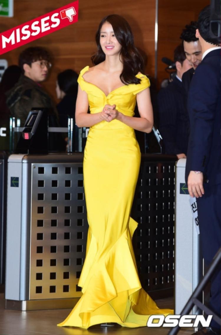 Lee Si Young để lộ bắp tay to với chiếc đầm đuôi cá rớt vai là yếu tố khiến cô mất đi cơ hội được gọi tên trong bảng phong thần mặc đẹp của tuần.