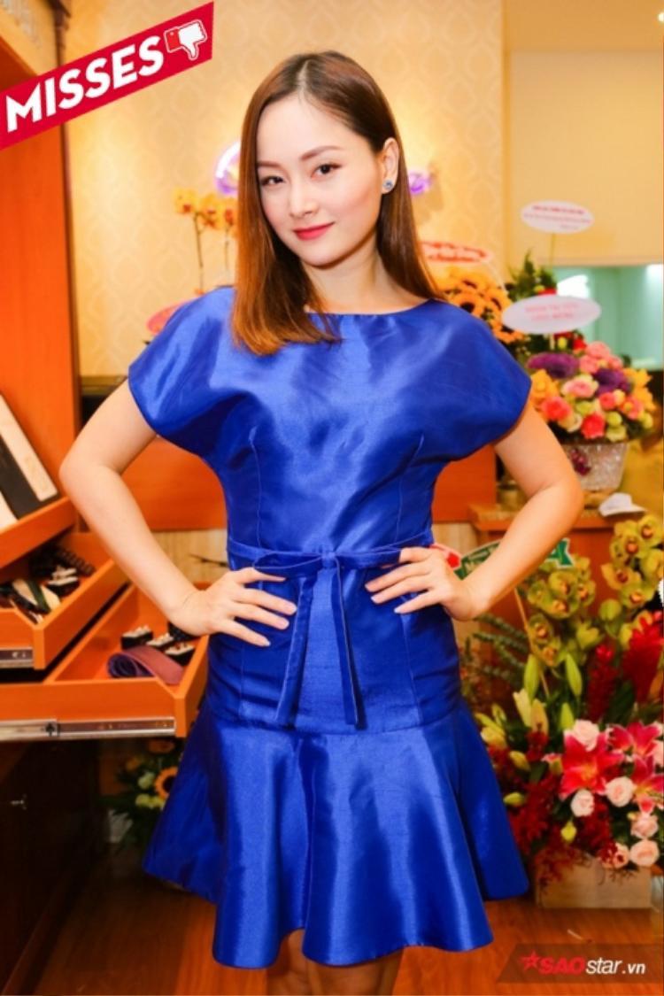 Lan Phương không may khi là một trong những cái tên lọt bảng Top Misses trong tuần với thiết kế đầm xanh coban. Sẽ không có gì đáng nói khi thiết kế phần eo phẳng lì từ trên xuống dưới đã tố cáo vòng 2 không mấy thon gọn của nữ diễn viên.