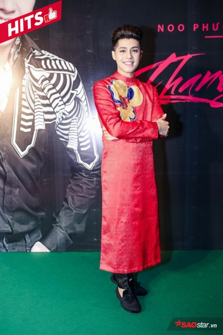 Noo Phước Thịnh diện áo dài đỏ nổi bần bật, đón đầu xu hướng mùa Xuân trong dàn mỹ nam Việt. Đơn giản nhưng hiệu quả thẩm mỹ cao là những gì mà chiếc áo dài truyền thống luôn mang tới cho người mặc.