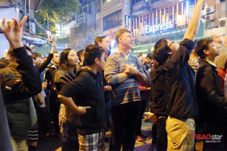 Nhiều vị khách du lịch cũng hào hứng tham dự.