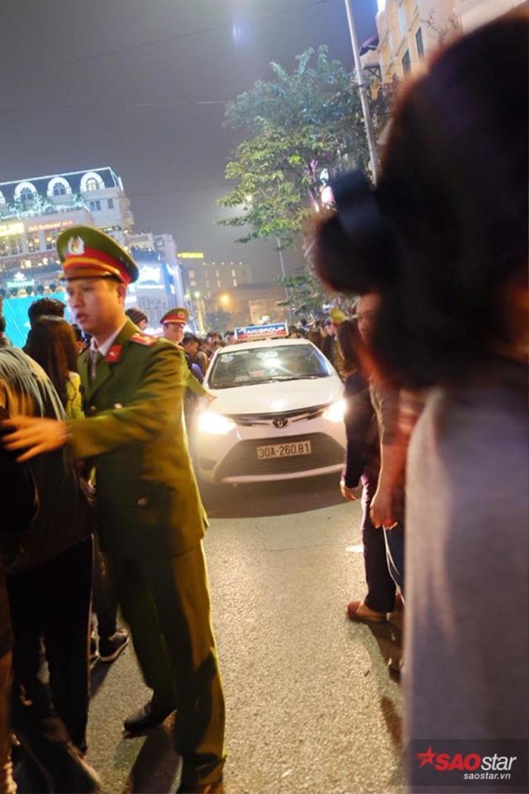 Buộc lực lượng cảnh sát phải ra dẹp đường.