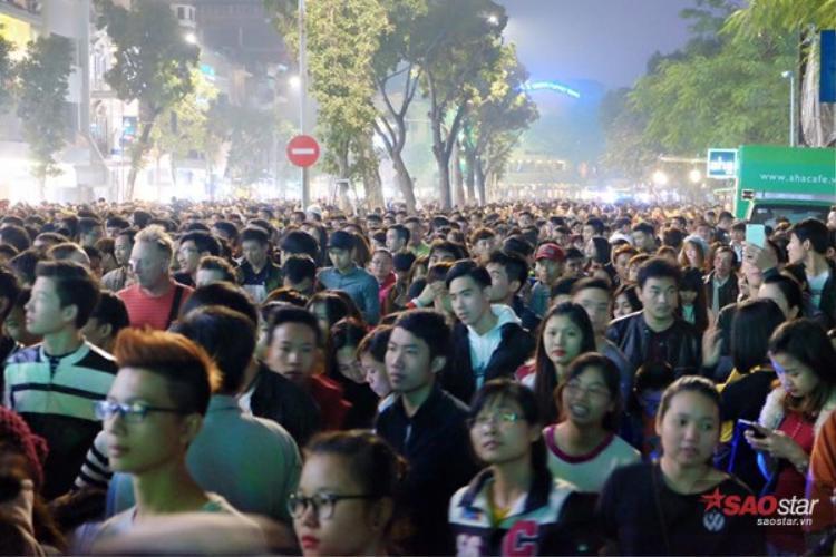 Nhiều bạn trẻ xôm tụ về đây tham gia lễ hội đếm ngược.
