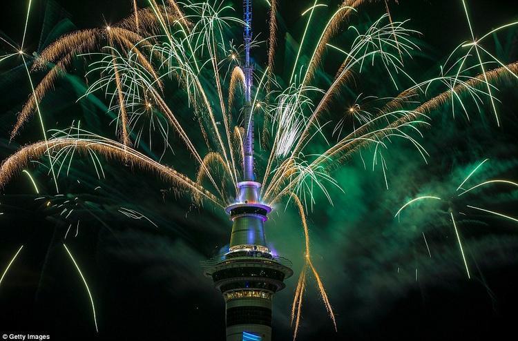 Pháo hoa được bắn sớm nhất ở thành phố Auckland, New Zealand.