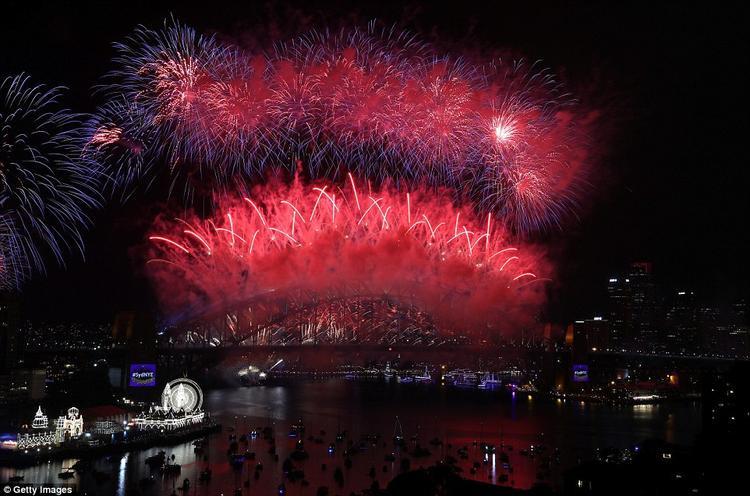 Vô số pháo hoa sáng bừng trên cầu cảng Sydney.