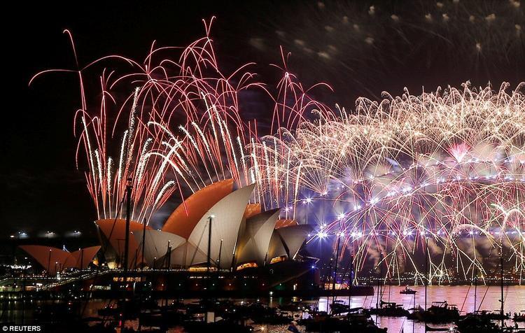 Trung Quốc yên lặng, Hong Kong mãn nhãn với pháo hoa chào đón năm mới