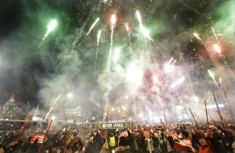 Đoàn người biểu tình ở Seoul xuống đường tự bắn pháo hoa chào đón năm mới.