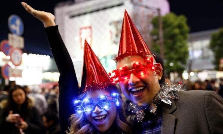 2 bạn trẻ tham gia lễ hội đếm ngược năm mới.