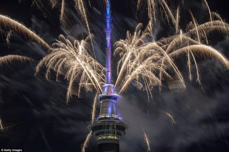 Pháo hoa được bắn ra từ tháp Sky.