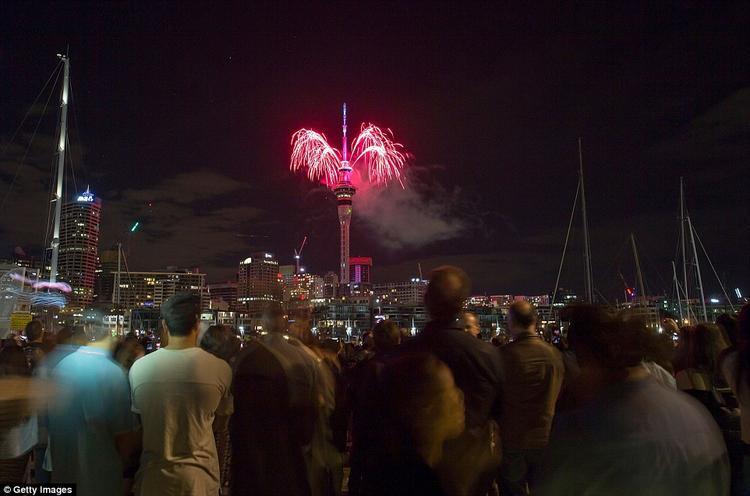 Rất đông người dân New Zealand tụ tập xem pháo hoa.