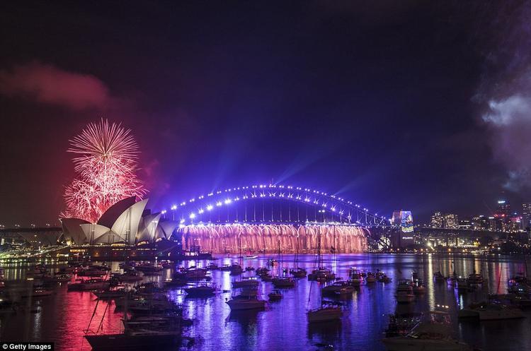 Pháo hoa nổ tung trên Cầu Cảng Sydney và Nhà hát Opera Sydney.