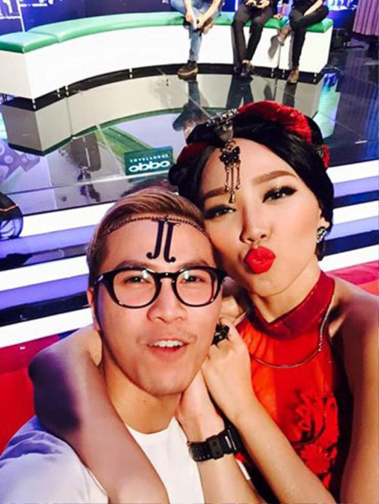 Ở thời điểm Tóc Tiên đang thi The Remix mùa 1, Mai Tiến Dũng cũng đến để cổ vũ tinh thần cho cô bạn thân thiết.