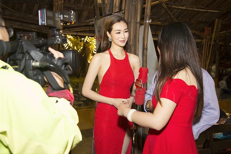 Khánh My được truyền thông săn đón tại sự kiện.