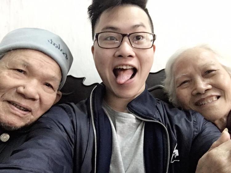 Ông bà vui vẻ và hạnh phúc bên đứa cháu ruột của mình tại Thái Nguyên.