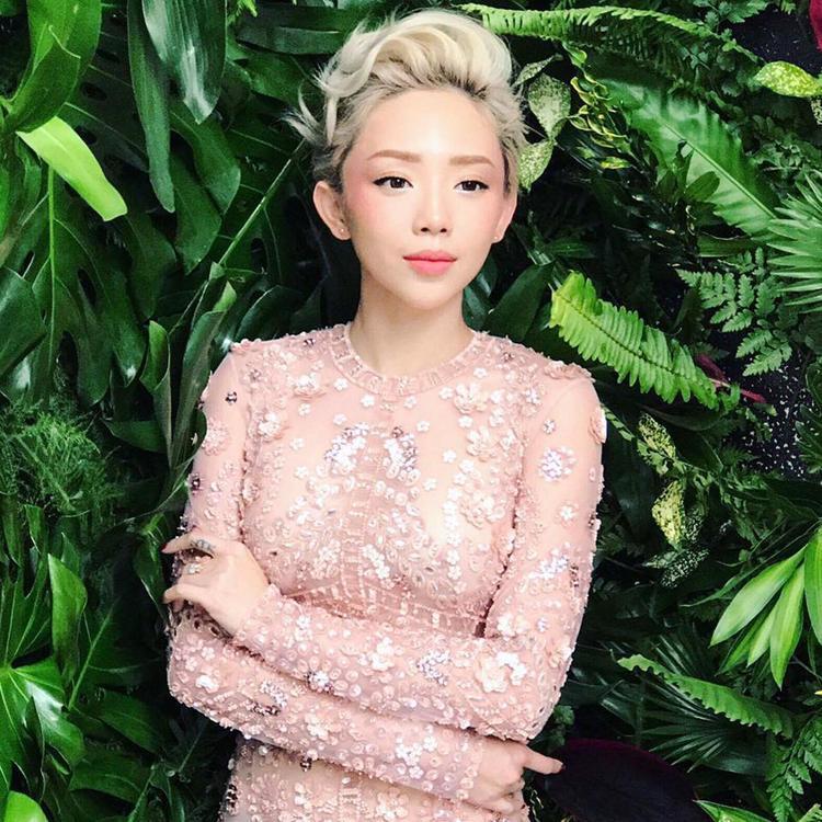 Dạo này Tóc Tiên thường xuất hiện trước công chúng với hình ảnh nhẹ nhàng, quyến rũ. Cô diện chiếc váy ôm đính nhiều họa tiết với tông màu hồng pastel cực nữ tính.