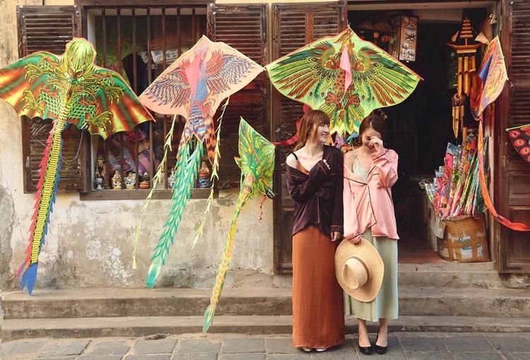 Yến Trang - Yến Nhi luôn là cặp chị em mặc đẹp và có gout thời trang ổn định nhất nhì showbiz Việt. Ngày đầu năm 2017 này, 2 chị em quyết định rũ bỏ hình tượng sexy thường thấy, thay vào đó là những bộ trang phục dáng pyjama với tông màu pastel cực yêu.