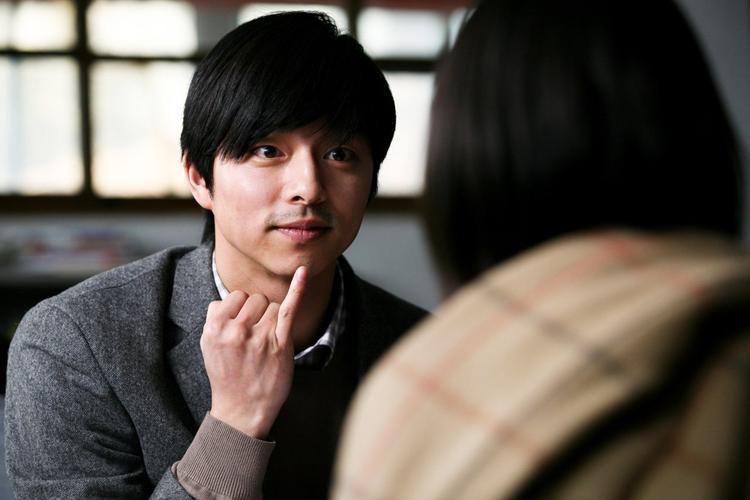 Gong Yoo vào vai một thầy giáo đi tìm công lý trong Silenced (2011).