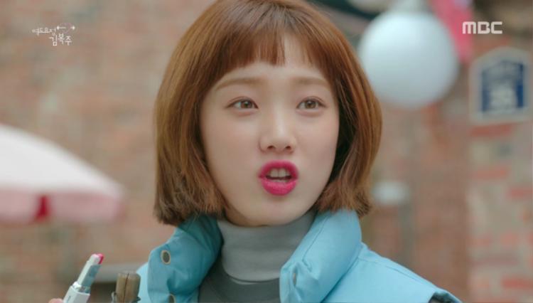 Lee Sung Kyung khi được bố tặng thỏi son 2 màu và hãy xem biểu cảm phấn khích của cô nàng khi lần đầu được làm điệu.