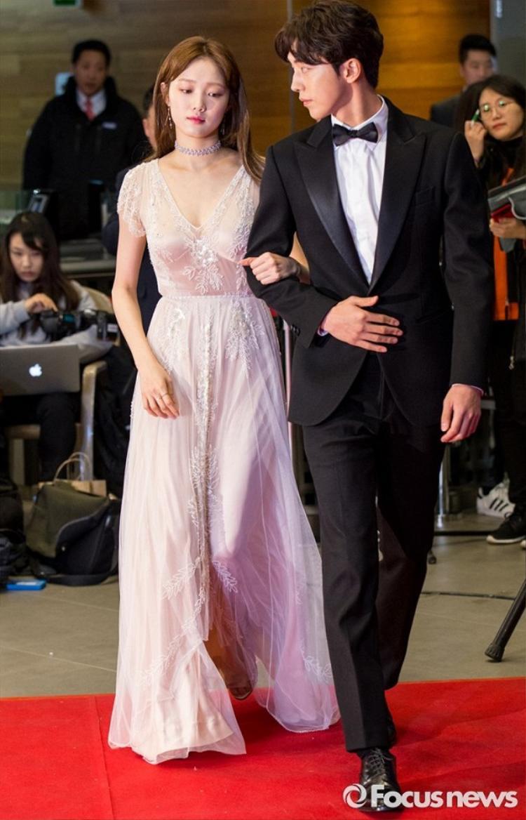 Son 2 màu giúp Lee Sung Kyung rạng ngời trong sự kiện MBC Entertainment Awards 2016 trên thảm đỏ.