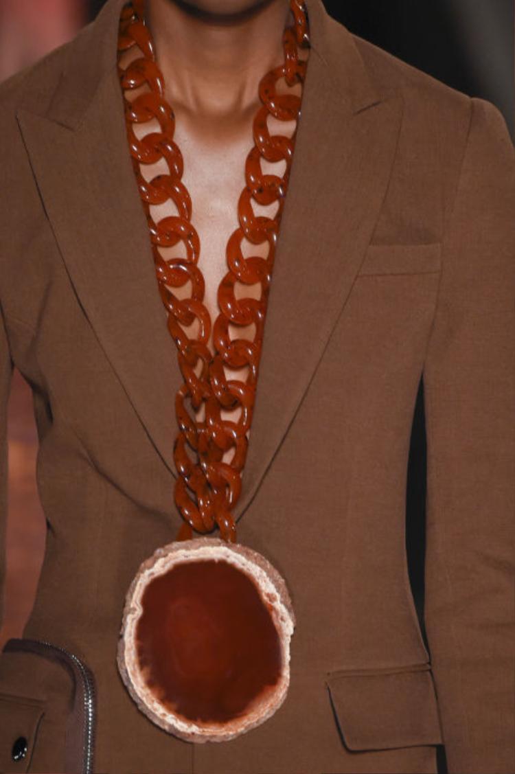Ngay cả thương hiệu Givenchy cũng không nằm ngoài trào lưu này. Mẫu vòng cổ to bản với hình ảnh được ví như chiếc bánh cũng chễm chệ trong show diễn Xuân Hè 2017.