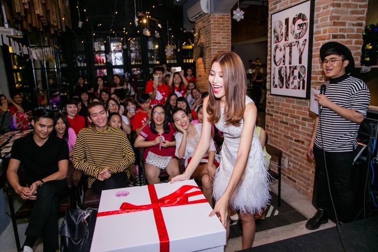 Người hâm mộ đã dành tặng những món quà vô cùng đặc biệt cho Quỳnh Châu.