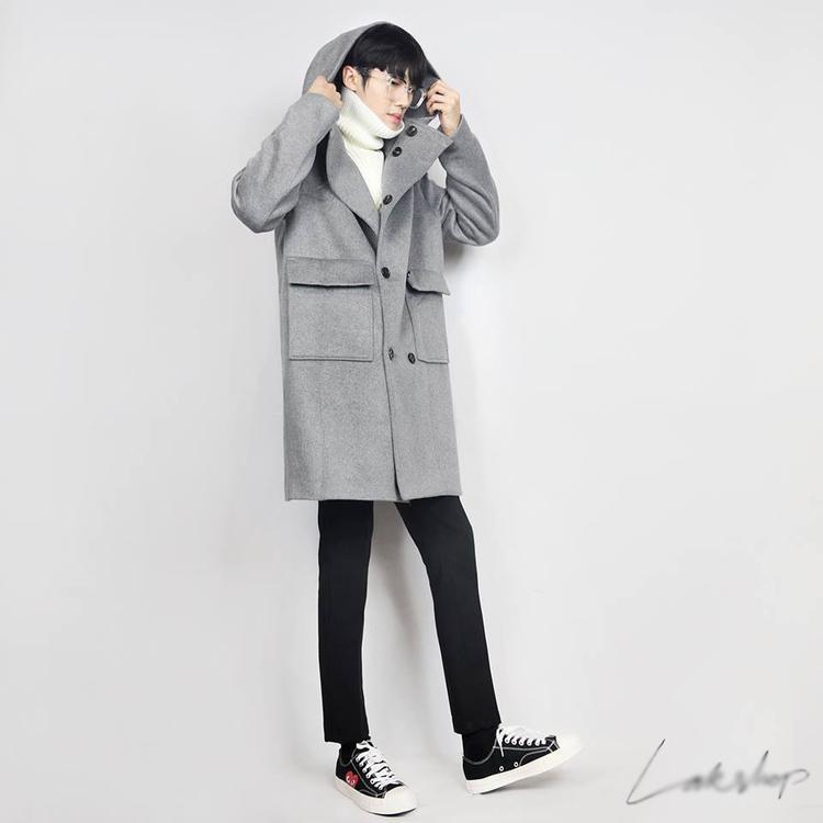 Đối với các chàng trai, item này cũng nên được diện theo xu hướng tối giản với áo khoác mỏng bên ngoài cùng giày thể thao gọn nhẹ, năng động.