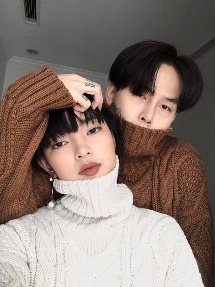 Cặp đôi Châu Bùi- Cao Minh Thắng nổi tiếng mặc đẹp cũng update xu hướng ấm áp này cùng nhau với áo len vặn thừng.