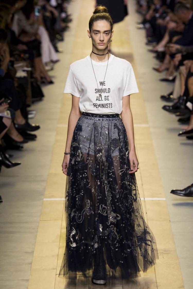Mẫu áo in slogan WE SHOULD ALL BE FEMINISTS xuất hiện trong BST Xuân Hè 2017 của nhà mốt Dior.