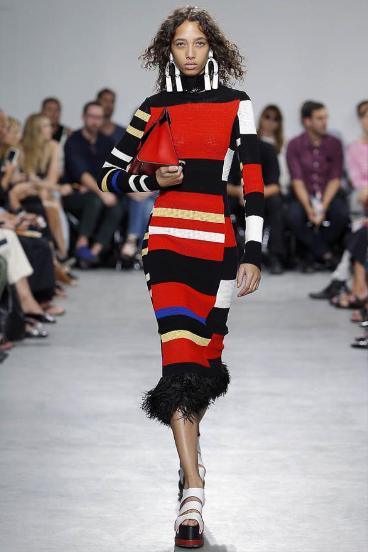 Những mẫu đầm kẻ sọc màu sắc của thương hiệu Proenza Schouler chắc chắn cũng nhanh chóng xuất hiện trên sàn runway đường phố từ những tín đồ thời trang thế giới.