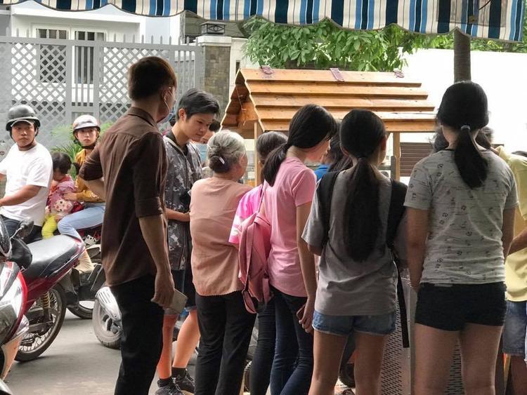 Đã có rất nhiều bạn trẻ tìm đến mua kem ủng hộ.