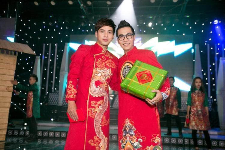 Khác với Noo, Hồ Quang Hiếu chọn áo dài với họa tiết in hình rồng đậm chất Á đông với một năm đầy mạnh mẽ.