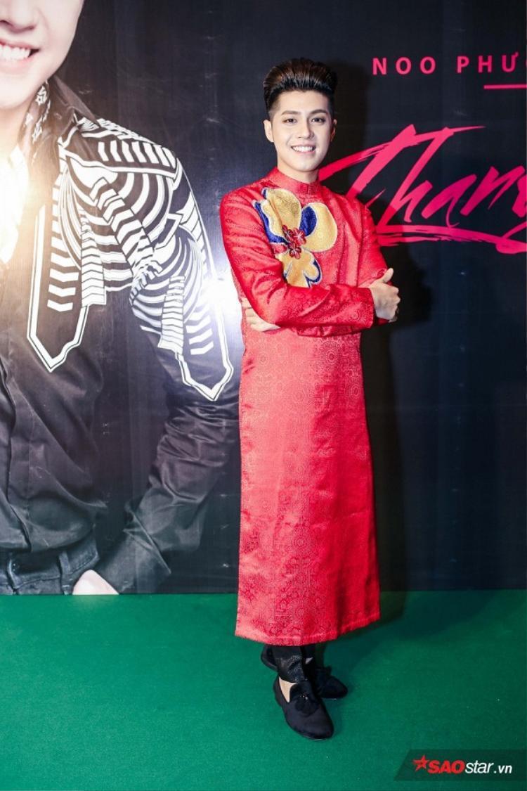 Huấn luyện viên điển trai của Giọng hát Việt nhíchọn áo dài cho bữa tiệc cuối năm mới được tổ chức vào cuối tháng 12/2016 vừa qua.