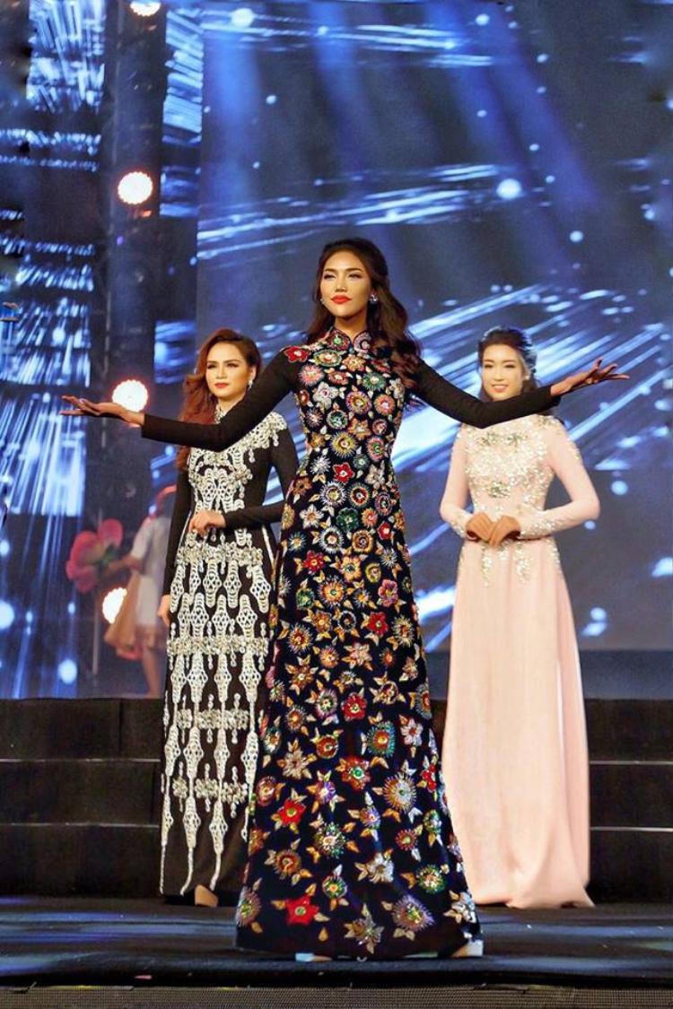 Tận dụng thời điểm này, NTK Lý Quí Khánh đã kịp tung ra bộ sưu tập áo dài mang tên Bà hoàng trình làng mộ điệu.