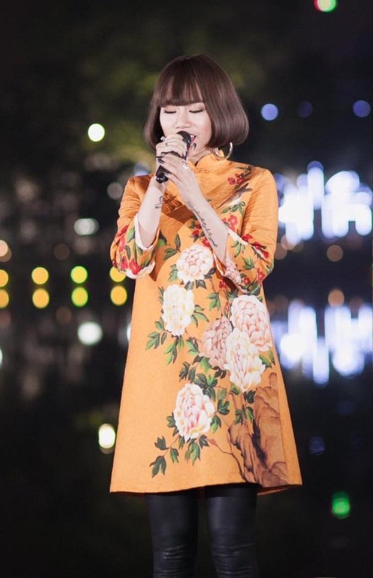 Trong khi đó, đàn em Yến Lê chọn áo dài tông cam với họa tiết in màu tinh tế từ rất nhiều bông hoa lớn.