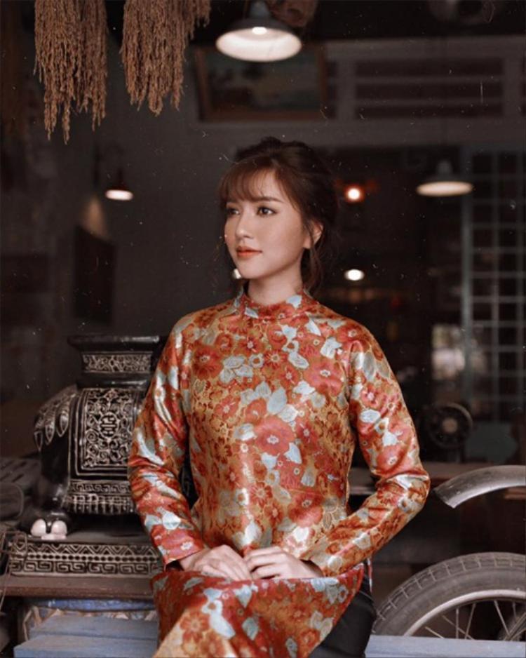 Ca sĩ Bích Phương mang đậm vẻ đẹp vintage trong trang phục áo dài.