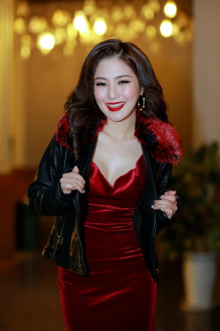 Hương Tràm xuất hiện với hình ảnh cuốn hút và khá kín đáo với chiếc áo khoác giữa tiết trời mùa Đông.